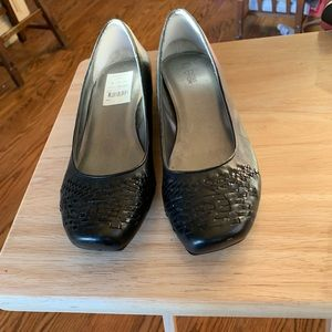 Kenneth Cole ladies size 10 flat shoes